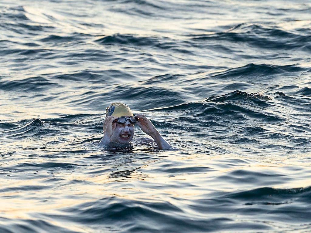 Die 37-jährige US-Amerikanerin Sarah Thomas hat als erster Mensch den Ärmelkanal viermal ohne Pause durchmessen. (Bild: KEYSTONE/AP PA/JON WASHER)
