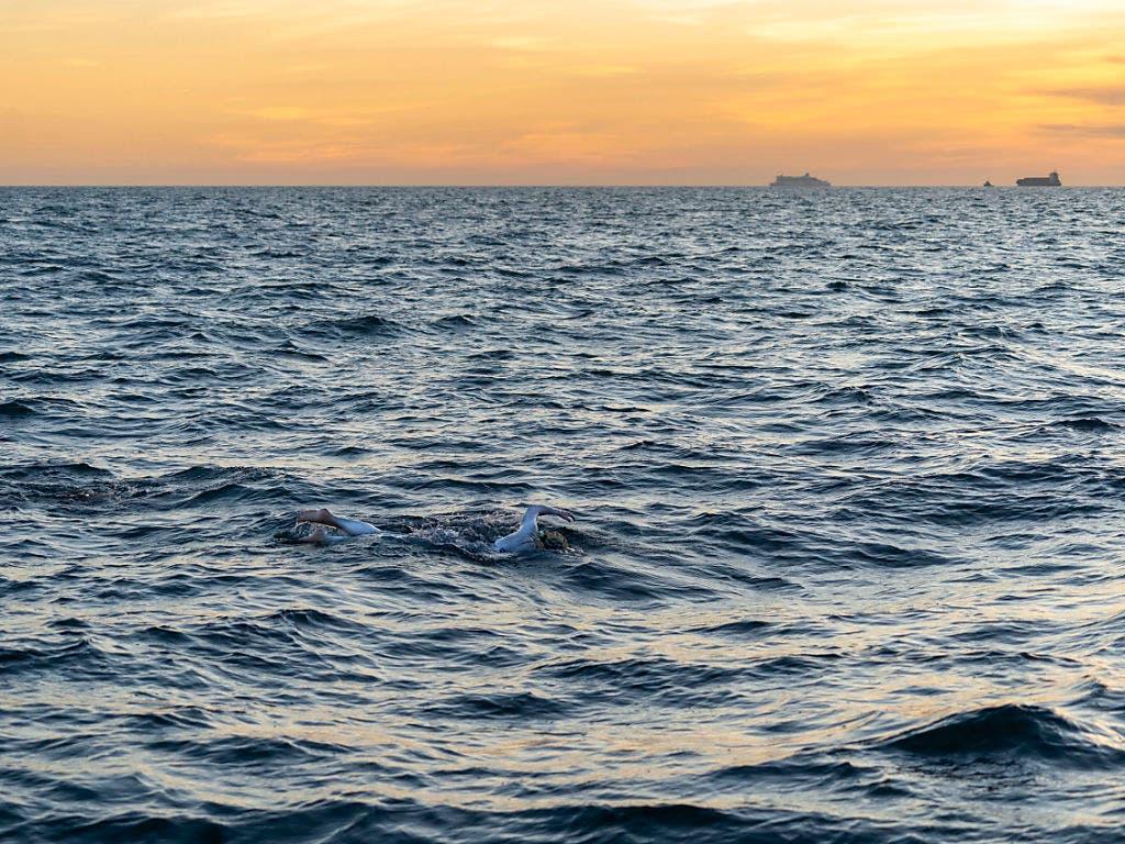 Die 37-jährige Ultra-Marathon-Schwimmerin Sarah Thomas unterwegs im Ärmelkanal, den sie als erster Mensch nonstop viermal durchschwamm. (Bild: KEYSTONE/AP PA/JON WASHER)