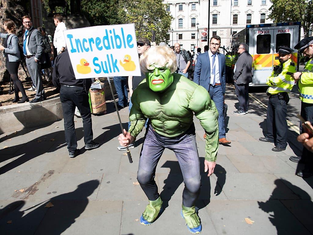 Vor dem Gerichtsgebäude in London hat am Dienstag auch ein als Comic-Helden Hulk verkleideter Rentner gegen Premierminister Boris Johnson demonstriert. Letzterer hatte einen skurrilen Vergleich zwischen Hulk und Grossbritannien gezogen. (Bild: KEYSTONE/EPA/FACUNDO ARRIZABALAGA)