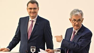 Jetzt ist Thomas Jordan dran: US-Notenbankchef Jerome Powell (r.) zeigt auf den SNB-Chef. Das Foto stammt von einer Veranstaltung in Zürich. (Bild: Markus Senn)