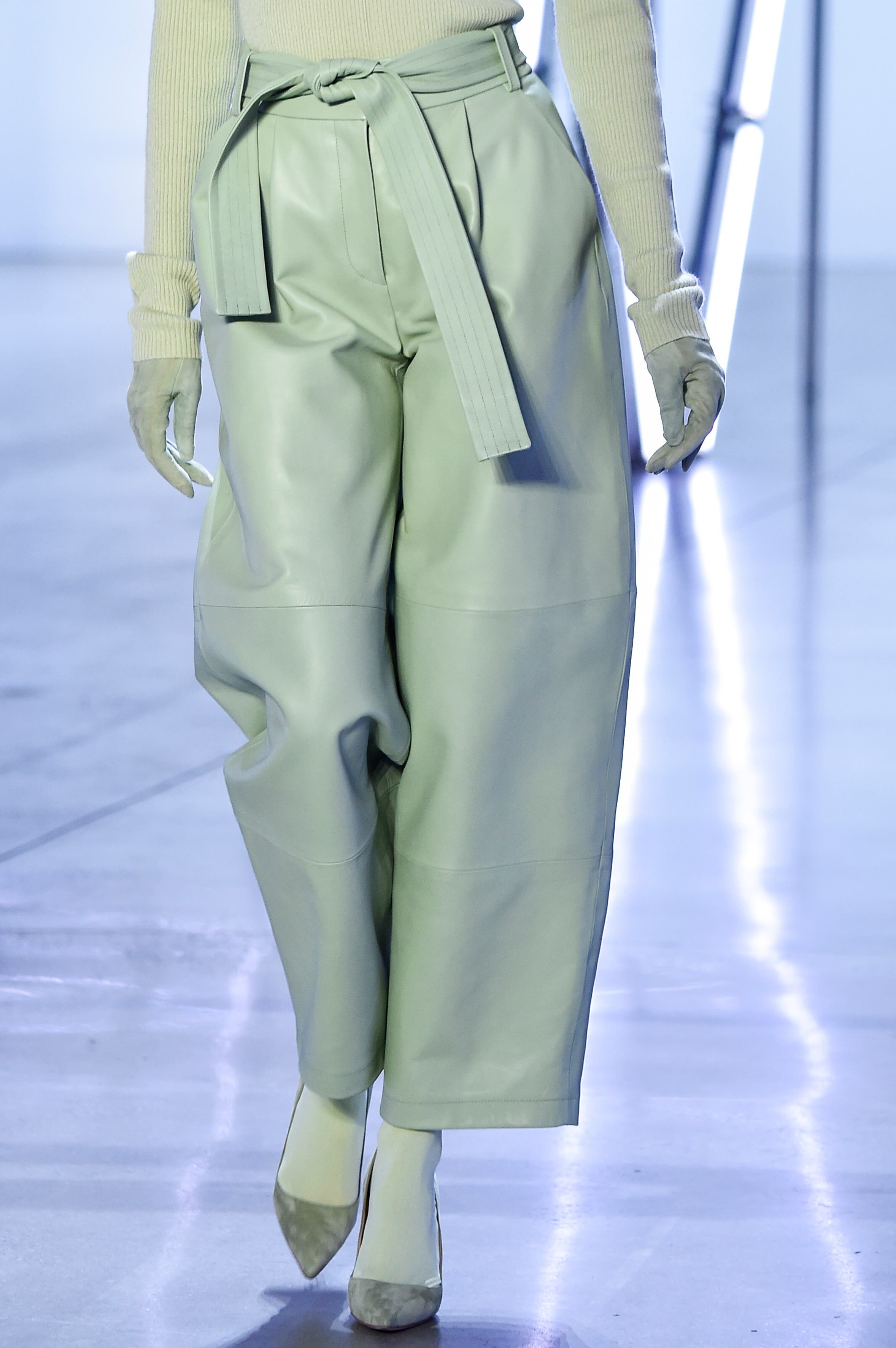 Ein mintgrünes Lederdress von Sally LaPointe. Bild: Getty Images