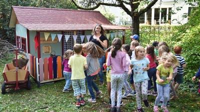 Die Kinder tanzen und singen zur Eröffnung ihres neuen Zwergenparadiesesim Familienzentrum Weinfelden (Bild: Mario Testa)