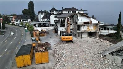 Der Ostflügel des direkt am Bodensee liegenden Hotels Bad Horn wird abgebrochen und durch einen 15 Meter hohen Neubau ersetzt. (Bild: Hardy Buob