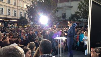 Kurz schwört in Baden bei Wien seine Anhänger auf den Endspurt ein. (Bild: Pascal Ritter)