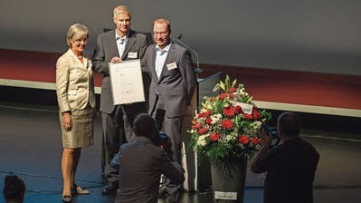 Silvia Thalmann mit Erich Brugger (Mitte) und Christian Schleihs von der Siegerin Bucher Hydraulics. (Bild: Maria Schmid, Zug, 18. September 2019)