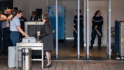 Vor dem KKL mussten Besucher wie in Flughäfen Sicherheitsschleusen passieren. (Bild: Boris Bürgisser, Luzern, 2. September 2019)
