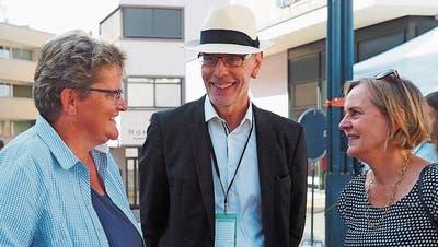 OK-Präsident Armin Eugster im Gespräch mit zwei Besucherinnen der ersten Wiler Gewerbestrasse. (Bild: Jörg Roth)