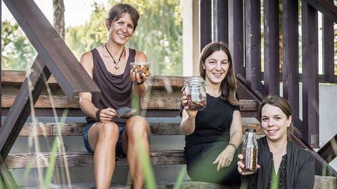 Corina Pleisch, Eliane Hirschi und Marion Lieberherr mit unverpackten Trockenprodukten. (Bild: Andrea Stalder)