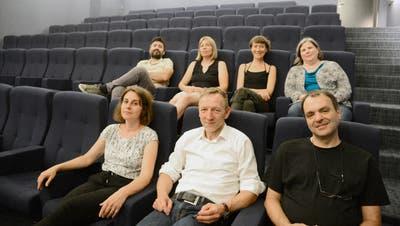 Ein Teil des Filmclub-Teams mit Geschäftsführer Markus Wille (vorne in der Mitte) hat sich schon mal im Saal 1 des «SKino» gemütlich gemacht. Bild: Hansruedi Rohrer