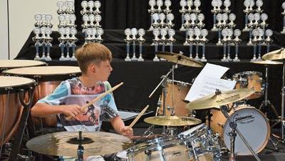Im Hintergrund warten die Pokale: Ein junger Schlagzeuger spielt am letztjährigen OSEW. (Bild: ZVG)