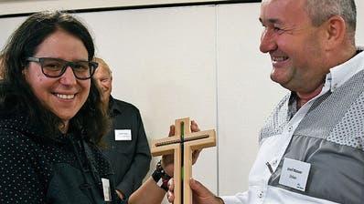 Stellenleiterin Michaela Bauer nimmt das Kreuz von Dekan Josef Manser entgegen. (Bild: PD)