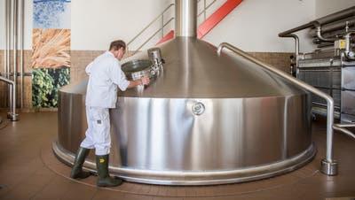 Ein Brauer bei der Arbeit am Kessel im Sudhaus der Brauerei Schützengarten. (Bild: Urs Bucher)