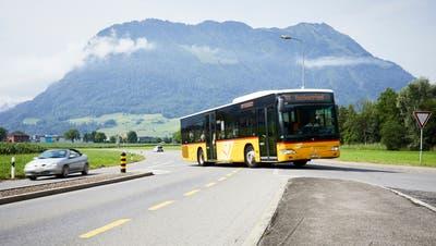Postautos müssen auf dem Weg zur Bushaltestelle Richtung Ennetbürgen die Strasse überqueren. (Bild: Jakob Ineichen, Stans, 3. Juli 2019)