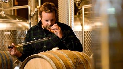 Christoph Möhl tüftelt im Holzfasskeller der Arboner Mosterei mit dem Aroma von Fässern aus aller Welt. Dieses stammt von der Garrison Brothers Distillery in Texas. (Bild: Donato Caspari)