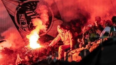 Beim Heimspiel des FCSG gegen Servette wurde pyrotechnisches Material abgebrannt. (Bild: Urs Bucher)