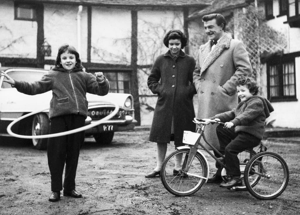 Amber, die Tochter des britischen Coiffeurs Ramond Bessone – bekannt auch als Mr. Teasy-Weasy, schwingt einen Reifen im Februar 1959. (Bild: Keystone)