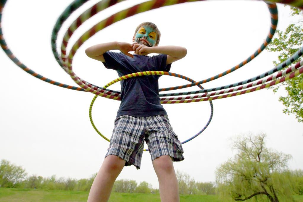 Nach der Jahrtausendwende: Der 8-jährige Joey Kuniskas wirbelt an einer Benefizveranstaltung in Japan gleich fünf Reifen um seine Körper (Bild: Keystone)