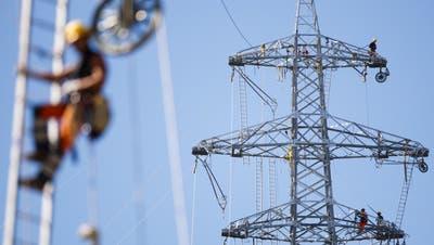 ARCHIVBILD ZUR MK DER ELCOM ZUR TARIFENTWICKLUNG UND VERSORGUNGSSICHERHEIT, AM DONNERSTAG, 6. JUNI 2019 - Staff members install a rope prior to pulling the final electric power line cable during construction operations of a new Swissgrid 220 kV aerial electric line in the industrial zone of Chandoline in Sion, Switzerland, June 8, 2017. (KEYSTONE/Valentin Flauraud)