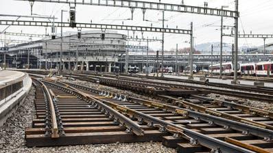 Einfahrt zum Bahnhof Luzern: Die Gleise in der rechten Bildhälfte werden dank des Durchgangsbahnhofs künftig nicht mehr benötigt. (Bild: Alexandra Wey/Keystone, Luzern 18. November 2018)