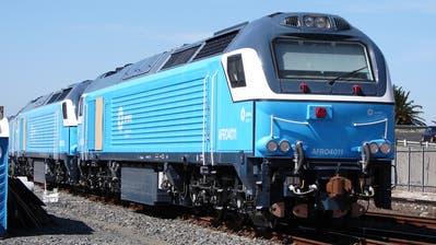 Zwei Lokomotiven von Vossloh respektiveStadler nach ihrer Ankunft in Südafrika.(Bild: Col André Kritzinger, Wikipedia/ Kapstadt, 2. April 2015)