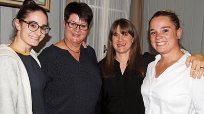 Die Trainerinnen Aurelia und Marianne Steinemann freuen sich mit der geehrten ex-Internationalen Janine Thiébaud-Zürcher und Präsidentin Deborah Koster (von links). (Bild: Urs Huwyler)