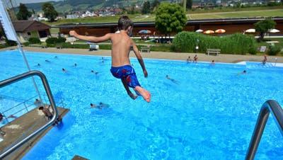 Ein Bub springt im Sommer vom Sprungturm ins grosse Becken der Badi Weinfelden. (Bild: Mario Testa)
