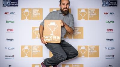 Freudensprünge: Brauer Christian Dierken von der Brauerei St.Johann freut sich über die drei gewonnenen Auszeichnungen. (Bild: PD)