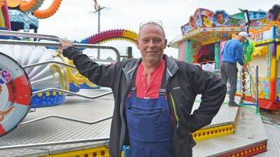 Heinz Fries koordiniert den Aufbau des Lunaparks. Er steuert seine Bahn «Octopus» zum Angebot bei. (Bild: Mario Testa)