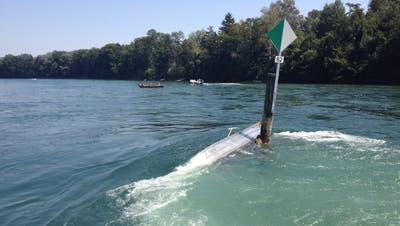 Ein Boot bleibt an einerWiffe hängen. Die Insassen konnten sich ans Ufer retten. (Bild: PD/Kapo Thurgau/2012)