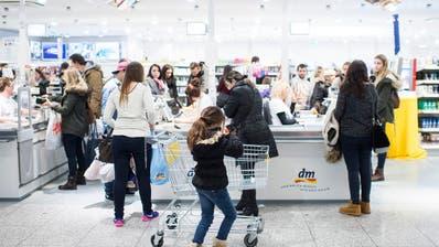 Kunden im Konstanzer Shoppingcenter Lago: Einkaufen im Ausland soll nicht steuerlich begünstigt werden, findet die Finanzkommission des Nationalrats. (Bild: Ennio Leanza/Keystone)