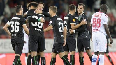 Jubel bei den Spielern des FC St.Gallen: Die Ostschweizer holen drei Punkte in Sion. (Bild: Keystone)