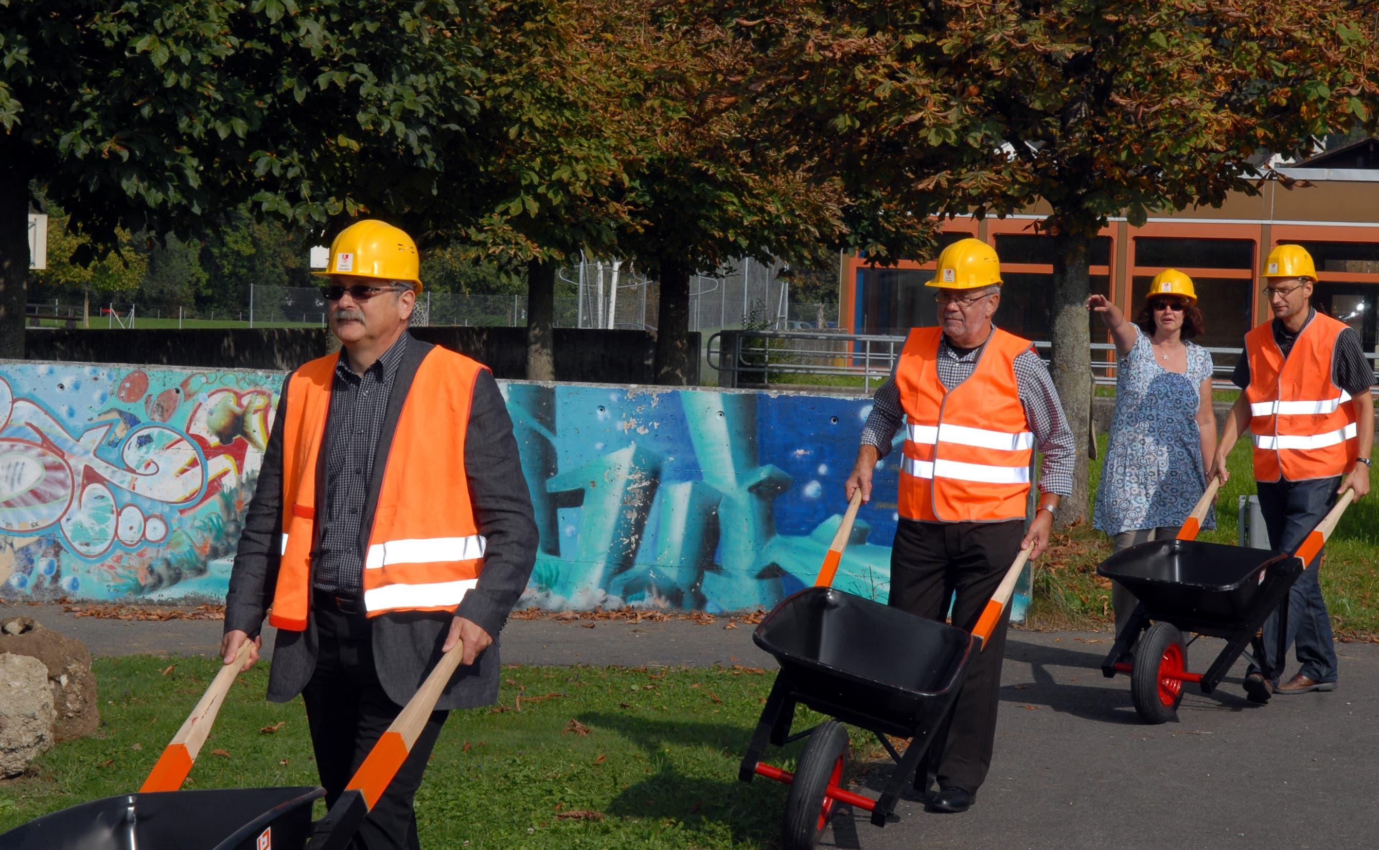 Im Bild Franz Enderli und Hans Matter (von links), hinten Francoise Ellenberger, Kantonsarchitektin. (Bild: Markus von Rotz, Sarnen, 23. September 2009)