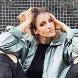 Brigitt Zuberbühler alias Lina Button spielt morgen in Frauenfeld ihre neuen Songs zum ersten Mal live. Bild: Fredrik Ahlm/PD
