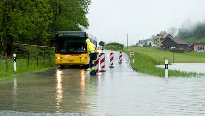 Blick auf die Kantonsstrasse zwischen Emmetten und Seelisberg.Wenn das Wasser im Dürrensee nicht mehr abfliesst und sich staut, kann die Strasse überflutet werden. (Bild: Dominik Wunderli, 1. Juni 2013)