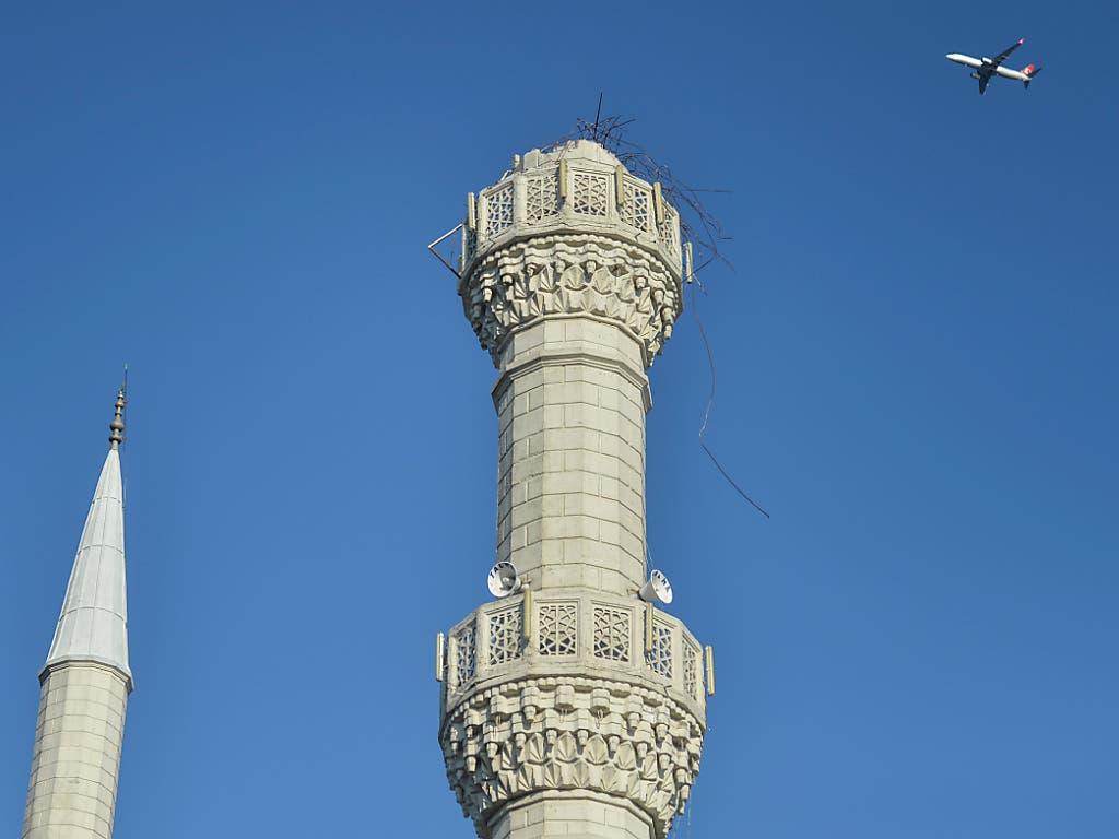 Die Spitze eines Minaretts in Istanbul brach infolge des Erdbebens ab. (Bild: KEYSTONE/AP/IBRAHIM MASE)