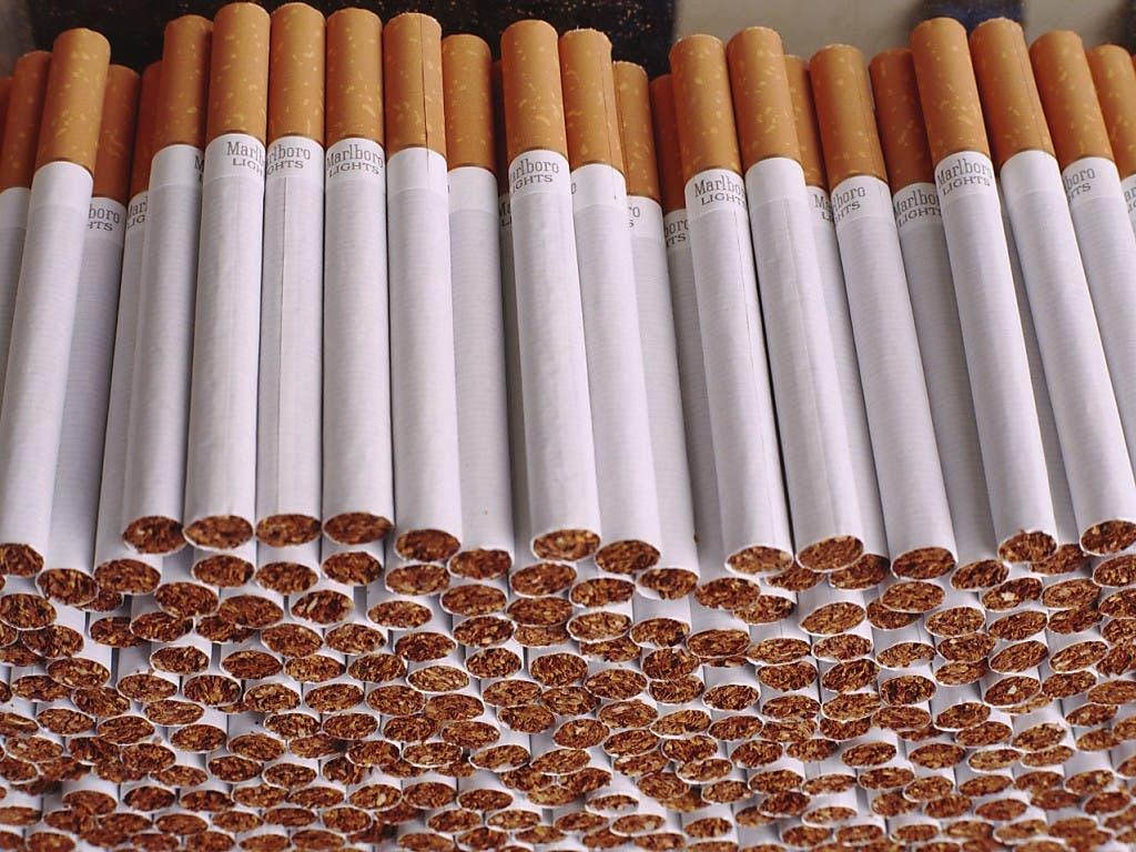Zigaretten und andere Tabakprodukte sollen nach Ansicht der kleinen Kammer nicht mehr so aktiv beworben werden können - zum Schutz der Jugendlichen. (Bild: KEYSTONE/MARTIN RUETSCHI)