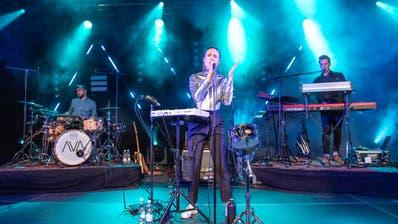 Die Band AVA – bestehend aus Andy Schwendener (Schlagzeug), Kim Lemmenmeier (Gesang) und Nicola Holenstein (Keys) – bei ihrer Plattentaufe am 20. September in der Grabenhalle St.Gallen. (Bild: Urs Bucher)
