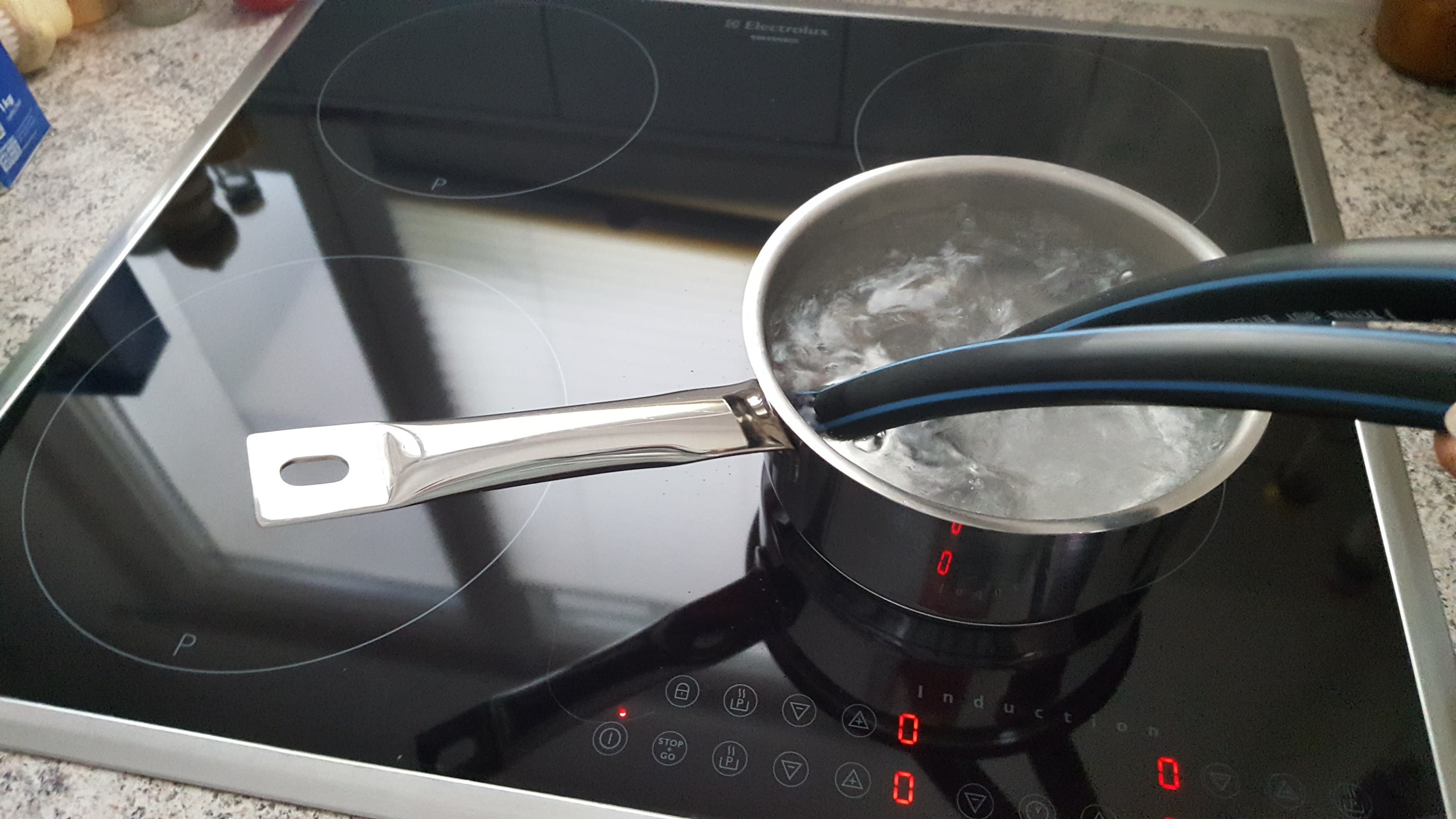 Die Schlauchenden kurz in kochendes Wasser tauchen, bevor Sie das Verbindungsstück anbringen. Alternativ geht auch ein Stück Holz mit zwei Schrauben. (Bild: sam)