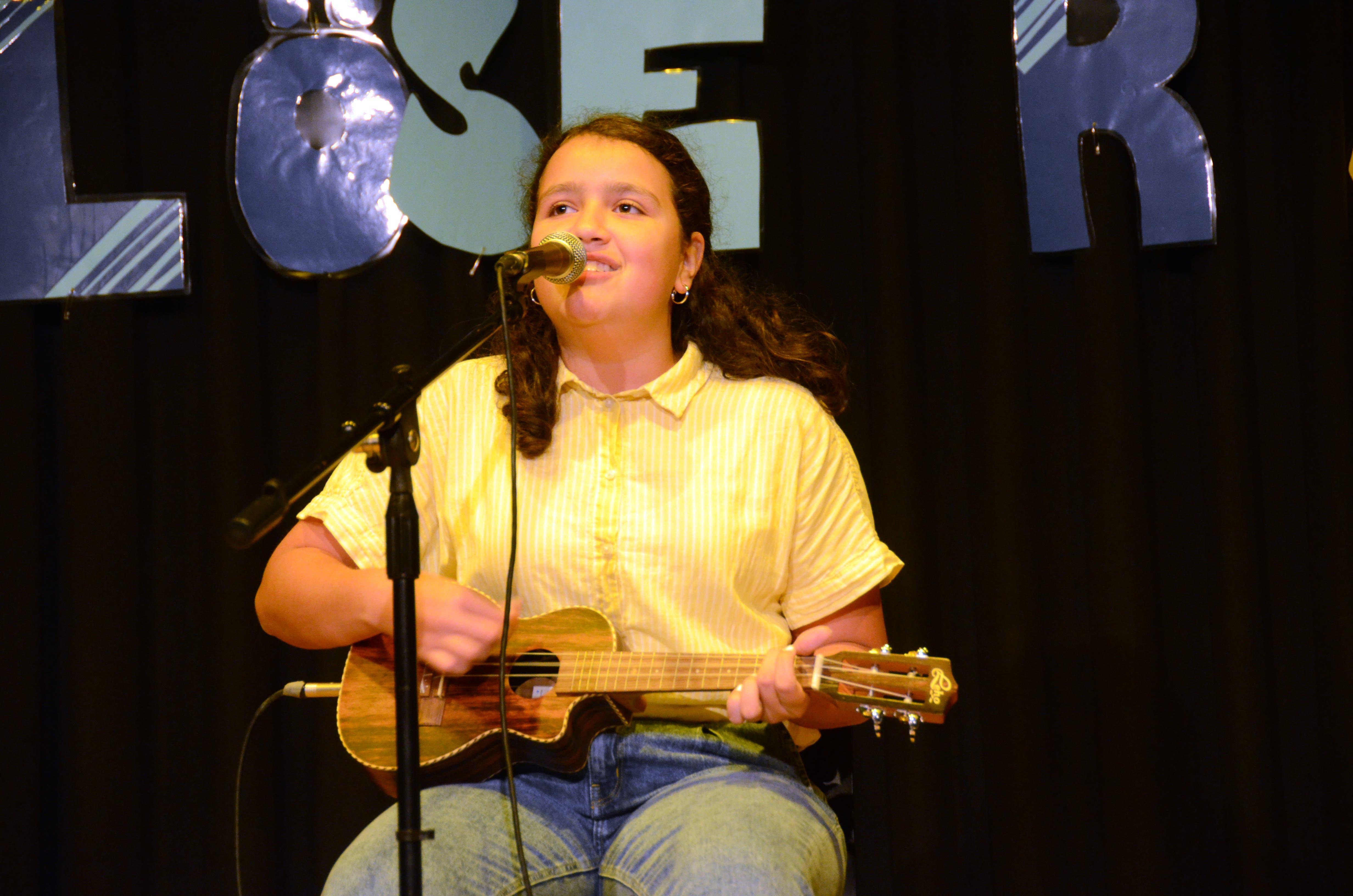 Laura spielte mit der Ukulele und sang dazu.