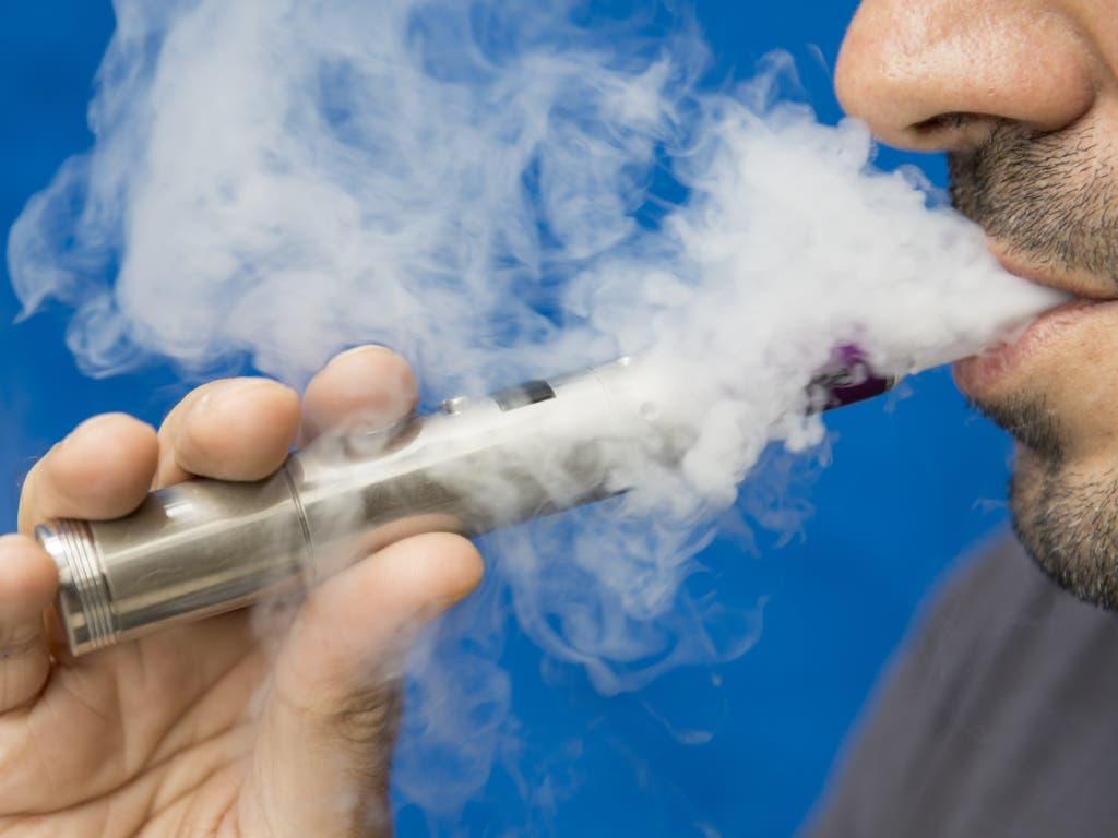 Das neue Tabakproduktegesetz soll auch den Umgang mit E-Zigaretten restriktiver regeln. (Bild: KEYSTONE/KEYON)
