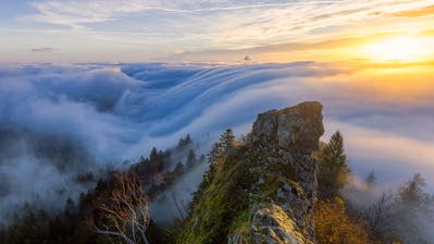 An der Belchenflue unweit von Olten scheint das Nebelmeer in die Tiefe zu stürzen. (Bild: Lukas Schlagenhauf)