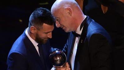 Da passt kein Blatt dazwischen:Weltfussballer Lionel Messi (links) und Fifa-Präsident Gianni Infantino. Bild: Keystone