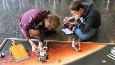 Die Kernser Sven Durrer (links) und Jonas Birrer tüfteln an ihrem Roboter. (Bild: David von Moos, Sarnen, 26. September 2019)