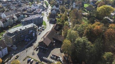 Die Münchwiler Stimmbürger befinden am 20. Oktober über den Verkauf von drei gemeindeeigenen Liegenschaften an der Waldeggstrasse – im Vordergrund der Werkhof. (Bild: Olaf Kühne, Oktober 2017)