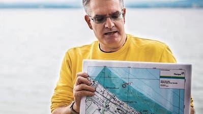Kantonsarchäologie Urs Leuzinger zeigt den Standort des abgetragenen Hügels. (Bild: Reto Martin)