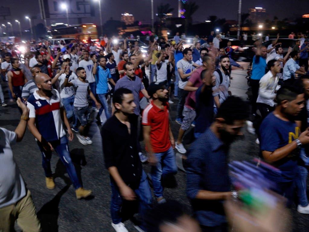 Zur falschen Zeit am falschen Ort: Laut der Menschenrechtsorganisation Human Rights Watch (HRW) waren bei den Protesten gegen Präsident al-Sisi vergangene Woche fast 2000 Menschen festgenommen worden. (Bild: Kairo, 21. September) (Bild: KEYSTONE/EPA/STRINGER)