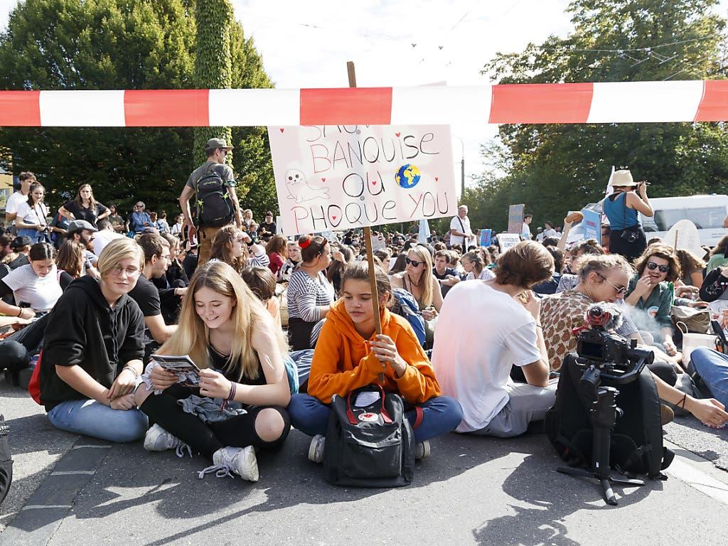 Jugendliche fordern in Lausanne mehr Klimaschutz. (Bild: KEYSTONE/CYRIL ZINGARO)