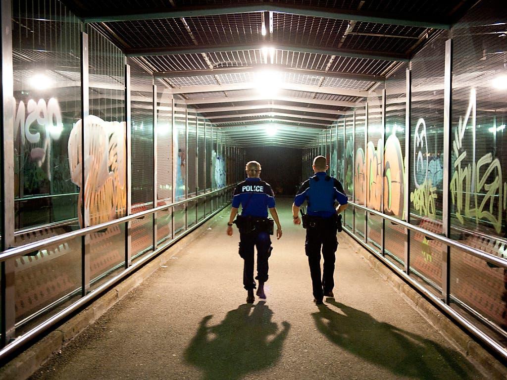 Unterwegs mit Kollegen wurde einer Kantonspolizistin am Freitagabend in Weinfelden TG von einem Passanten der Haarzopf angezündet. (Bild: KEYSTONE/DOMINIC FAVRE)