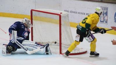 Thurgaus kanadischer Stürmer Connor Jones (rechts) bezwingt GCK-Goalie Wolfgang Zürrer zum 3:2. (Bild: Levin Steiner)