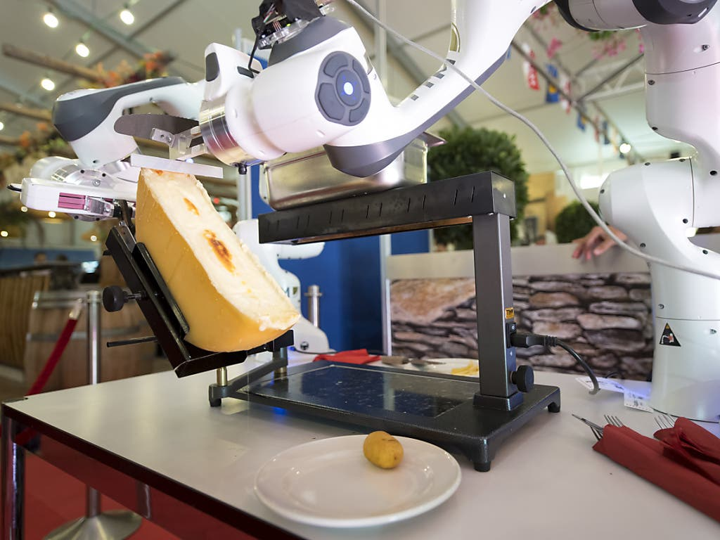 Eine Portion Raclette gefällig? Raclette-Abstreichroboter an einer Messe in Martigny VS. (Bild: KEYSTONE/LAURENT GILLIERON)